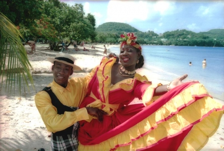 Martinique: Tänzer in traditionellen kreolischen Kostümen